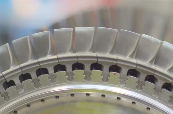 Segmenty lopatek se lisují na rotor plynové turbíny. Rotor o celkové váze 11 tun se při plném zatížení (11 MW) otáčí otáčkami 13600 za minutu. Foto: Siemens