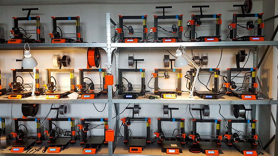 Josef Průša v Praze otevřel skvěle vybavenou komunitní dílu se 3D tiskárnami i CNC stroji
